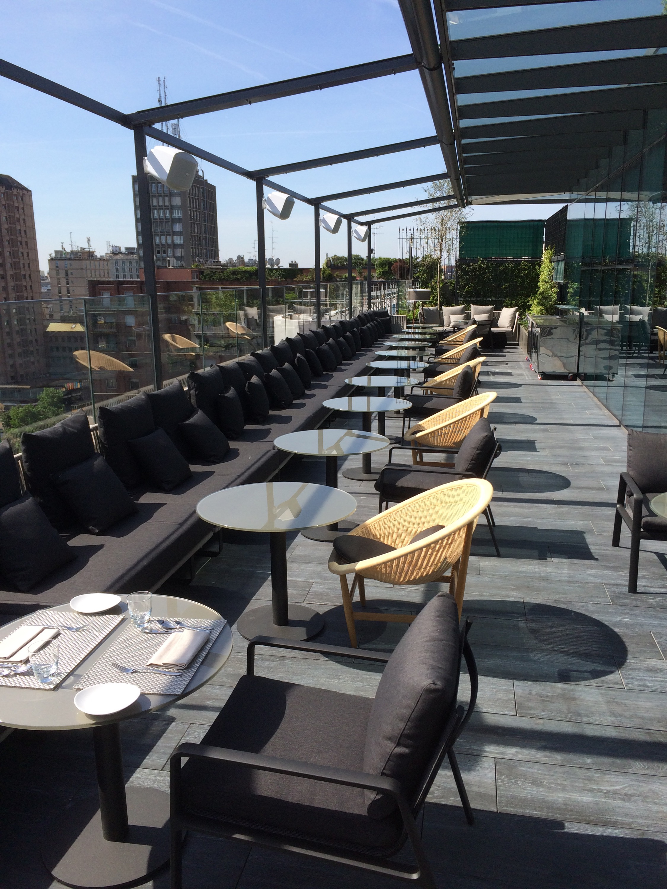 Nuovo me il radio bar basket kitchen for Milano rooftop bar